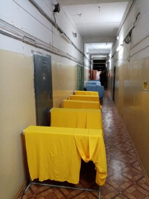 Макошь в Петрозаводске после потопа развешивают ткань в коридоре