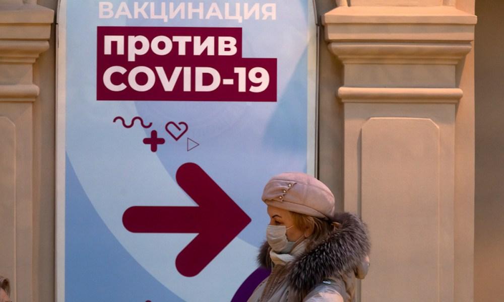 Женщина идет на вакцинацию от коронавируса