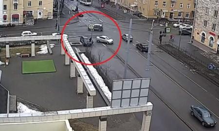 Машина вылетела на тротуар в Петрозаводске