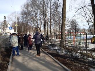 Очередь из родителей, которые записывают детей в первый класс в Петрозаводске