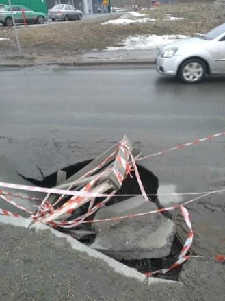 Асфальт провалился на дороге в Петрозаводске
