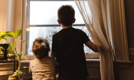 дети смотрят на улицу