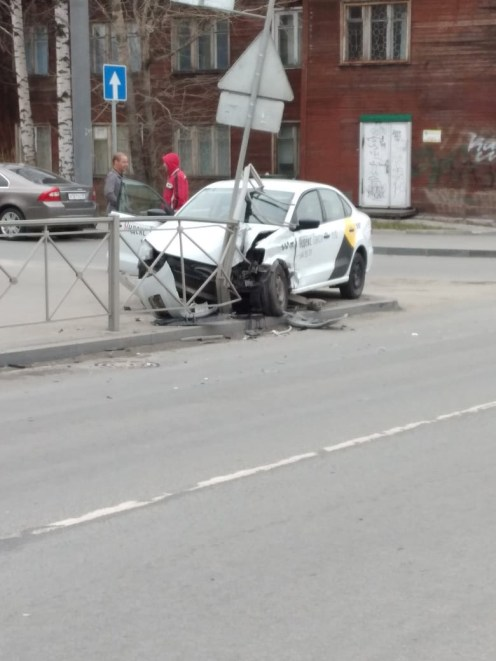 таксист врезался в ограждение в Петрозаводске