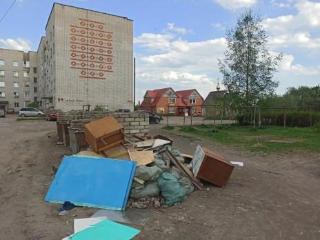 Карельский город завален мусором: дворы превращаются в свалку