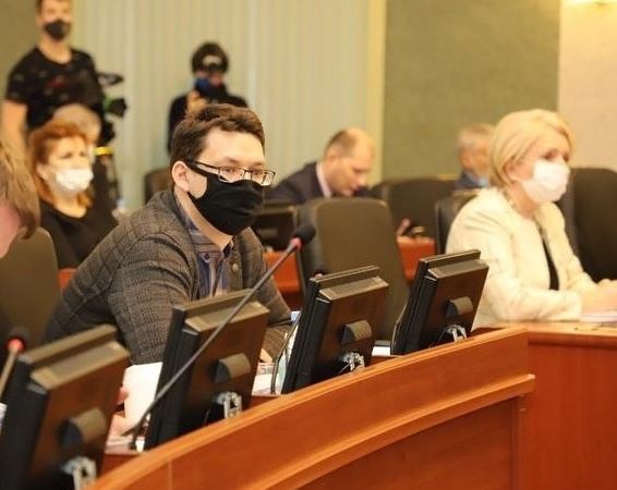 Депутаты-«яблочники» Иван Гусев и Эмилия Слабунова на заседании ЗС РК.