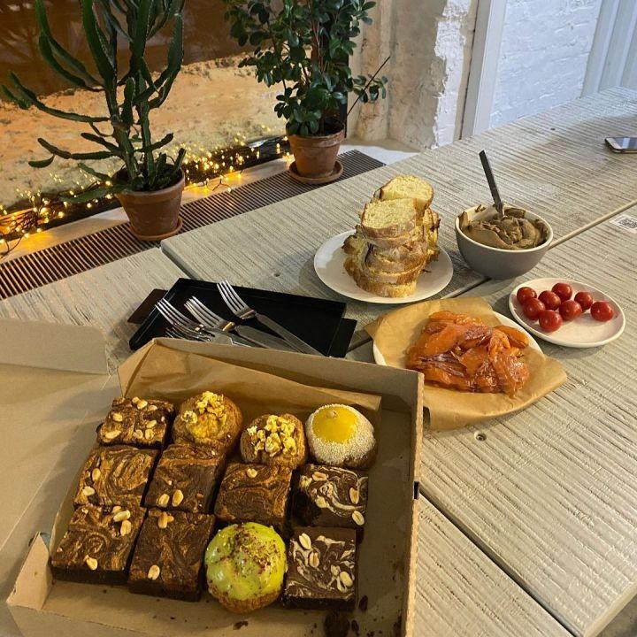 Закуски и кексы на столе в кафе