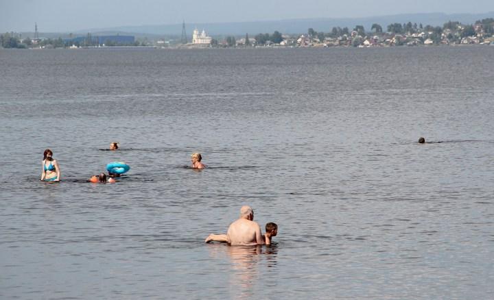 Люди плавают в озере