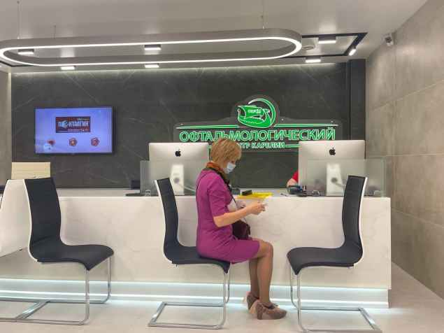 регистратура, девушка в клинике, офтальмологический центр карелии