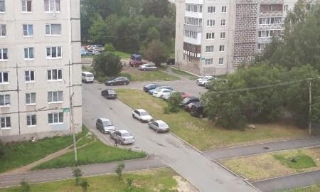 Машины на парковке около дома