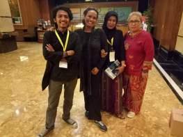Foto pasca alam anugera Apresiasi Film Indonesia 2016 di Manado. (kiri ke kanan: Albert Rahman Putra, Lulu Ratna, Netri, Ibu Rina)