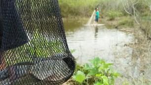 Warga menjala ikan di kolam bekas tambang yang tidak direklamasi. (foto: Arsip Daur Subur, 2018)