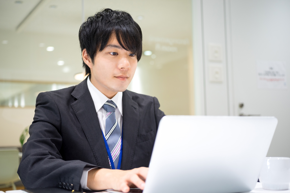 効率よくテキパキ仕事を進める若い男性社員
