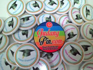 Bikin Pin Murah – Pin peniti 4.4cm 50pcs Happy Graduation di Yogyakarta