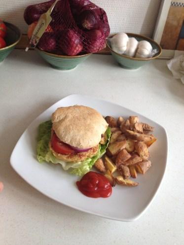 Burger med kikærtebøffer og kartoffelbåde