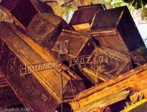 Höhlengräber – die hängenden Särge fallen meist innerhalb weniger Jahre von der Decke, oder die billigen Holzsärge lösen sich auf, aus dem Grund liegen überall Schädel und Knochen. Eigentlich müsste die Familie jetzt noch einmal ein Ritual veranstalten und die Toten wieder ordentlich beerdigen, aber die meisten haben dazu kein Geld.