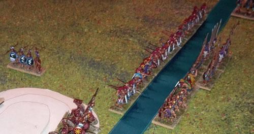 Vue d'ensemble sur les lignes défensives grecques, qui défendent la rive