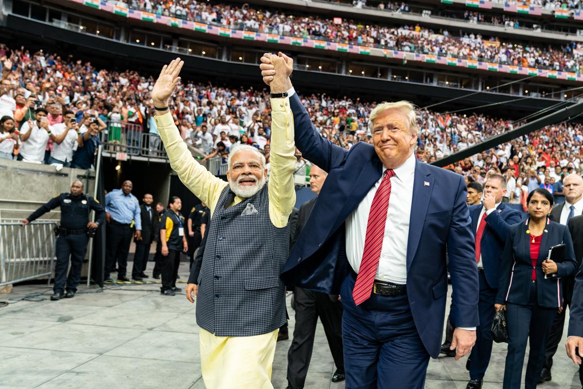 Le président Donald J. Trump tient la main du Premier ministre indien Narendra Modi