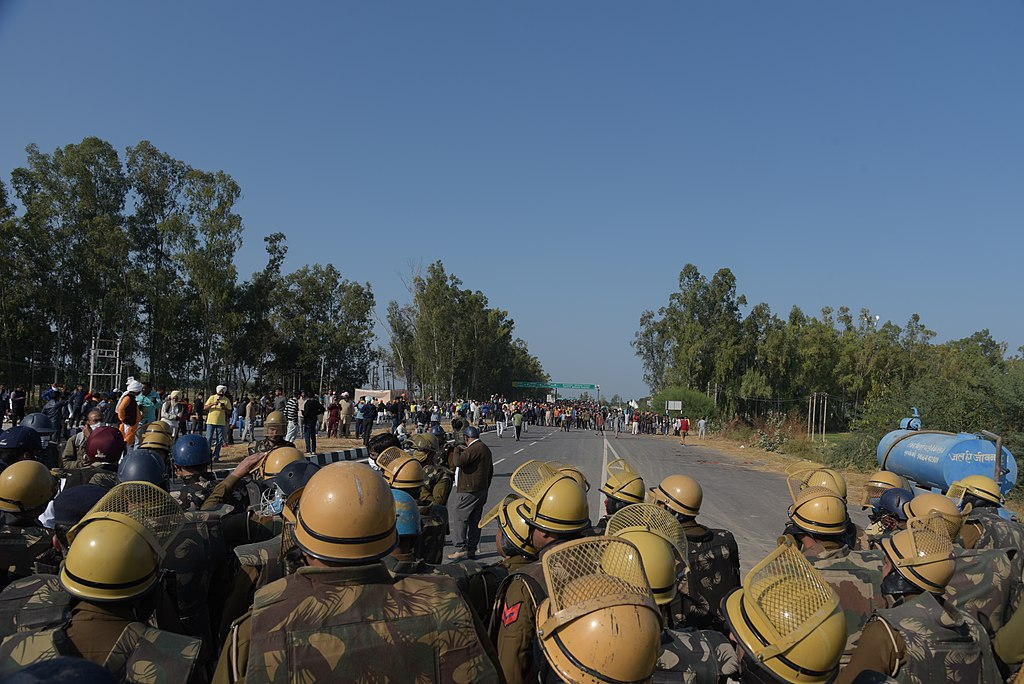 Derrière la police - marche vers Delhi