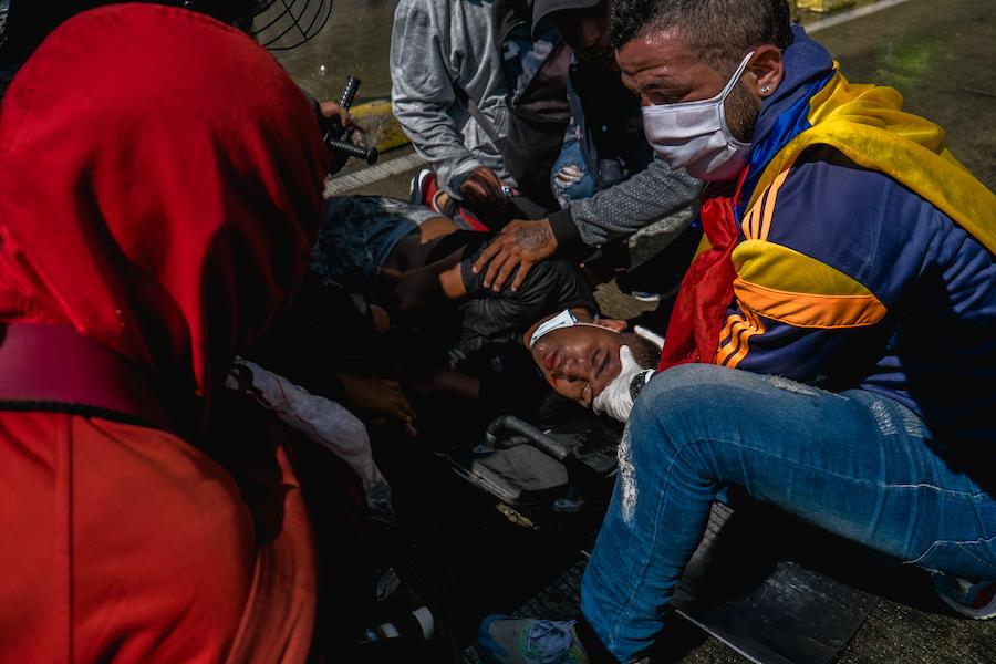 Barranquilla, mai 2021 - des manifestants assistent un blessé
