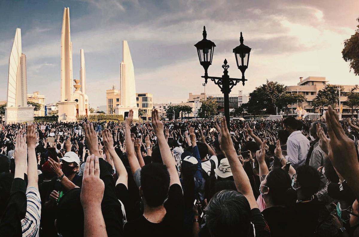 Trois doigts pour symboliser leur résistance à la dictature