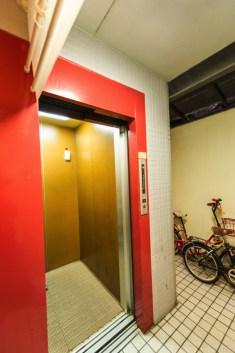 エレベーターがあるので重たい荷物も運べます。 엘리베이터가 있으므로 무거운 짐도 편하게 옮길 수 있습니다. 因为有电梯所以能搬运重的行李。 We have an elavator so you can easily bring in heavy luggages.