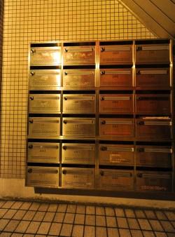 入口には集合ポストがあります。 입구에는 모임 포스트가 있어 정기적인 파티를 가질 수 있습니다. 在入口有集合桿 Mailbox at the entrance. Boite postale à l'entrée. 入口處設有收件信箱