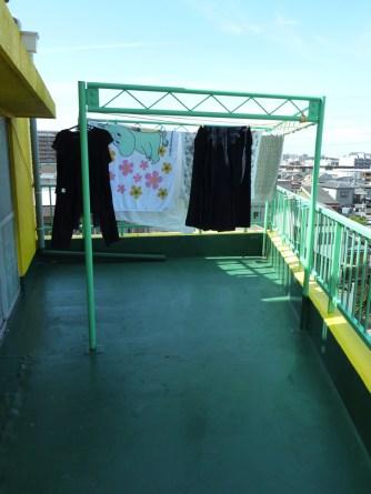 屋外と屋内に物干しがあり、雨の日も安心です 야외 및 실내에 건조대가 있어서 비오는 날에도 안심입니다 休息室外和室內都可以晾衣服,所以下雨天的時候也不用擔心。 There is drying rack both outside and inside the building, so no worries if it rains Il y a des étendoirs à l'exterieur et à l'interieur du bâtiment, donc pas d'inquiétude en cas de pluie