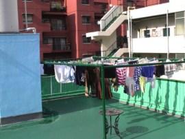 屋上には物干し場があります。 옥상에 빨래를 널 수 있는 공간이 있습니다. 屋頂上有晒台。 There is a clothes drying area on the rooftop. Il y a une zone de séchage des vêtements sur le toit. 頂樓曬衣場