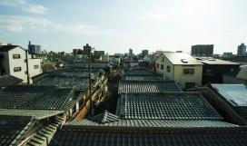 瓦屋根の家が立ち並ぶレトロな街、昭和町。 기와집이 늘어서있는 옛 거리, 쇼와쵸역 一片瓦房顶的家,古老而美好的城市,昭和町。 Showacho, the traditional area where houses have Japanese style tiled roofs. Showacho, le quartier traditionnel où les maisons ont des toitures dans le style japonais traditionnel. 瓦片屋頂林立,古風街道,昭和風的街道