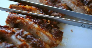 Det er meget nemt at lave sin egen grillolie eller grillsauce, som blandt andet kan bruges til spareribs og grillben. Foto: Guffeliguf.dk.