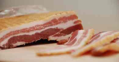 Bacon i ovn er den nemme og sikre måde at stege din bacon på. Brug gerne en god og tørsaltet bacon. Foto: Guffeliguf.dk.