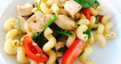 Lækker pastasalat med kalkun og tomat, krydret med en god olivenolie og balsamico. Foto: Guffeliguf.dk.