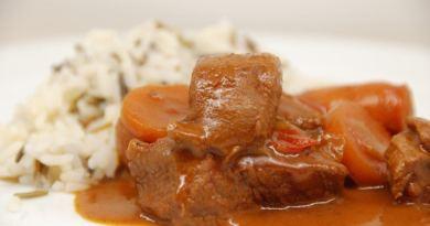 Ungarsk gullasch er klassisk vintermad med en ordentlig omgang paprika. Her har vi kogt den med ender fra kalvemørbrad samt gode pølser- og det bliver MØRT! Foto: Guffeliguf.dk.