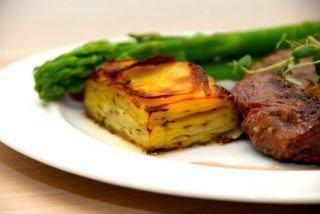 Pommes anna er en lækker kartoffel, der bruges som tilbehør til kødretter når det skal være ekstra godt. Foto: Guffeliguf.dk.