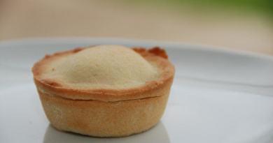 Linser med creme er nemme og hurtige at bage i en form til muffins. Her lavet med en hjemmelavet kagecreme, der smager bedre end pulvercreme. Foto: Guffeliguf.dk.