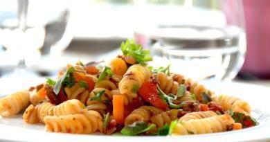 Kødsovs med gulerødder, oregano og pastaskruer