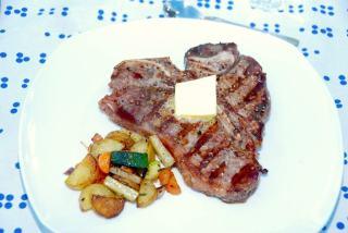 Grillet t-bone steak, der serveres med en skive smør. Helt simpelt, men utrolig lækkert. T-bone grilles ved direkte varme i cirka tre minutter på hver side, selvfølgelig afhængig af størrelsen. Foto: Guffeliguf.dk.
