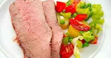 Kalveculotte i gasgrill, der serveres med en hjemmelavet kartoffelsalat. Grill kalveculotten indtil den når en kernetemperatur på 55 grader. Foto: Guffeliguf.dk.