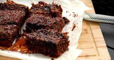 Denne skønne chokolade drømmekage er en klassisk drømmekage, der har fået et ordentligt skud kakao. Der bliver 12 store stykker kage. Foto: Guffeliguf.dk.