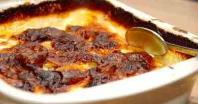 Dejlige og meget cremede flødekartofler i ovn, der laves med lidt selleri. Du kan dog udelade sellerien, og i stedet komme lidt flere kartofler i. Læg mærke til den mørke overflade på flødekartoflerne. Den giver masser af smag, og sådan skal den være. Foto: Guffeliguf.dk.