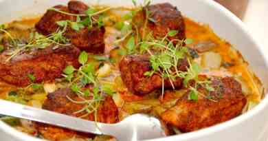 Lækre mørbradbøffer i ovn, der tilberedes i et fad sammen med kartofler, jordskokker, forårsløg og lidt fløde. Foto: Guffeliguf.dk.