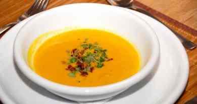 Suppe med græskar, der pyntes timian og sprøde stykker bacon. Græskarsuppen kan varieres i styrke med cayennepeber eller chili. Foto: Guffeliguf.dk.