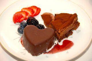 Lækker dessert med isbombe, der er fyldt med hjemmelavet kæmpe eskimo. En vaniljeis med solbær sirup. Her er isbomben anrettet med Gateau Marcel og friske bær. Foto: Guffeliguf.dk.