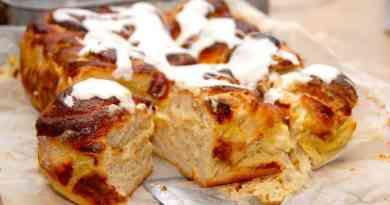 Lækker og lille smørkage, der laves med creme. Smørkagen pyntes med glasur, der røres af flormelis og pasteuriseret æggehvide. Foto: Guffeliguf.dk.