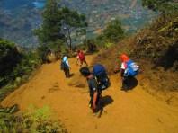 Jalur pendakian Gunung Prau yang berpasir dan curam