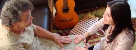 terapeuta e idosa em sessão de musicoterapia