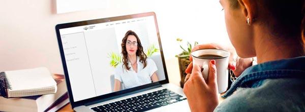 mulheres conversando em terapia floral online por videoconferência