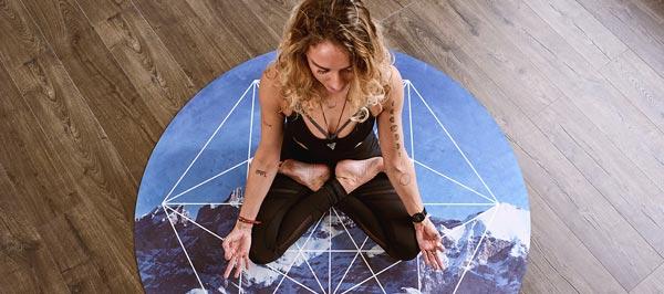 mulher meditando mudras