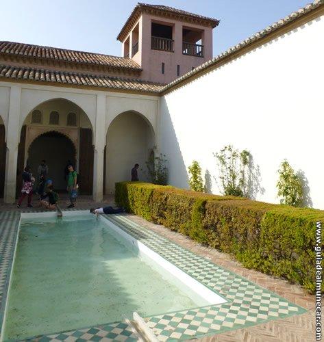Alcazaba de Málaga, arquitectura Nazarí con patios y piscinas, fuentes, jardines, torres...