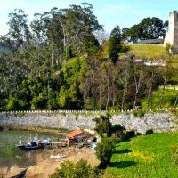 El Castillo... pueblín de pescadores con un  pequeño embarcadero de madera y una gran fortaleza